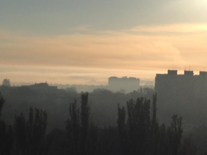 Мариупольцы встают пораньше, чтобы увидеть, как ночью дымит завод (Фотофакт), фото-1