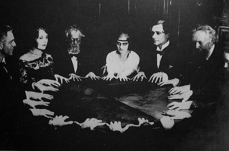 После смерти Дойля его пытались вызвать во время спиритического сеанса, фото-3