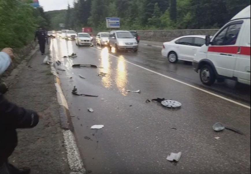 """Сегодня на крымских трассах в ДТП попала свадебная машина, а мотоцикл """"влетел"""" под грузовик (ФОТО), фото-1"""