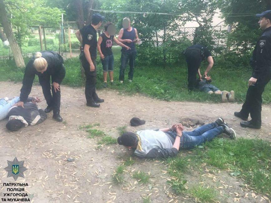В Ужгороді троє п'яних чоловіків затягнули дівчину у двір біля автовокзалу і хотіли зґвалтувати: фото, фото-1