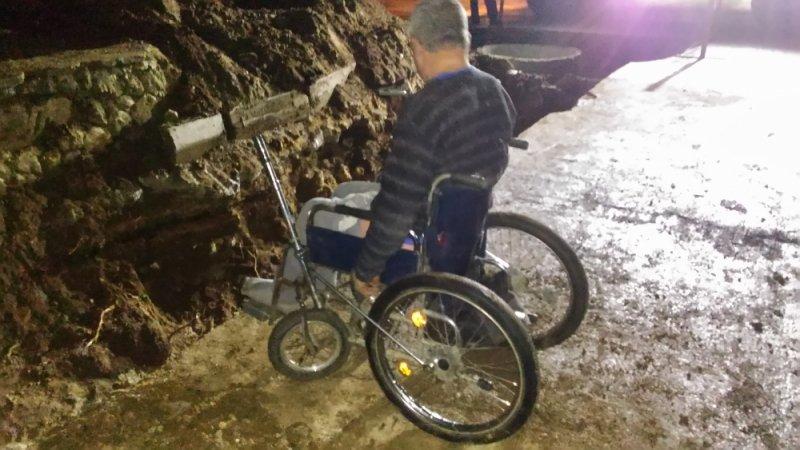 В Крыму пенсионер в инвалидной коляске упал в траншею (ФОТО), фото-1