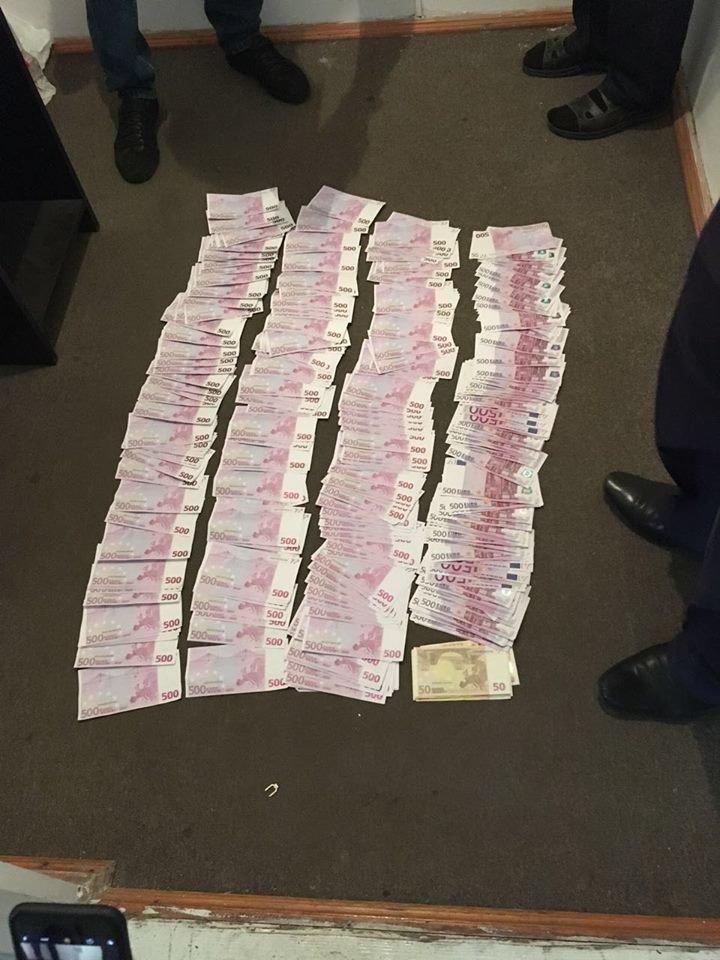 На кордоні біля Закарпаття у чоловіка відібрали 200 тисяч євро, які він хотів перевезти у Польщу: фото, фото-1