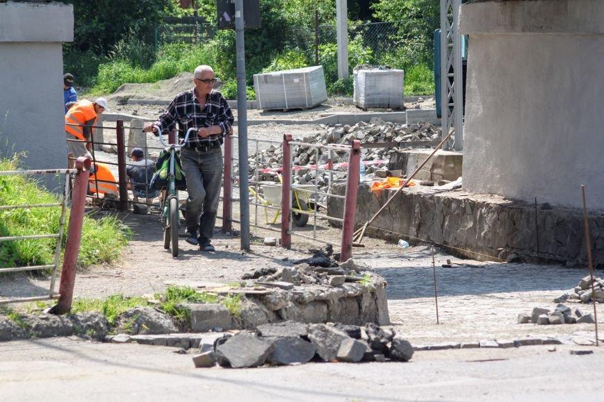 Чому в Ужгороді під проблемним переїздом ставлять бруківку: фоторепортаж, фото-4