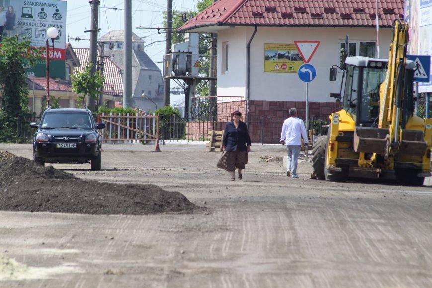 Чому в Ужгороді під проблемним переїздом ставлять бруківку: фоторепортаж, фото-1