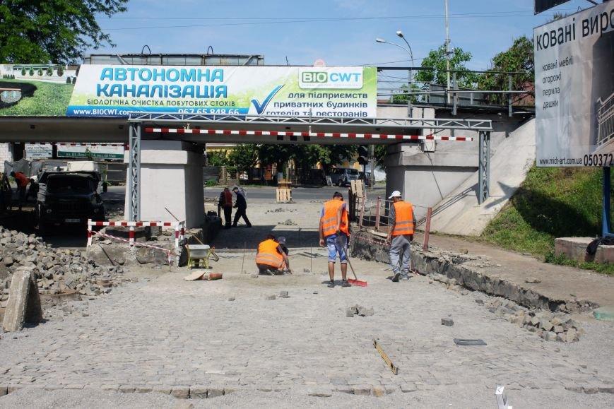 Чому в Ужгороді під проблемним переїздом ставлять бруківку: фоторепортаж, фото-7