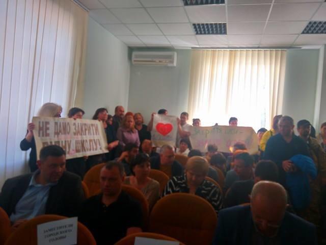 Родители учеников из двух мариупольских школ пришли с плакатами на координационный совет (ФОТО), фото-4