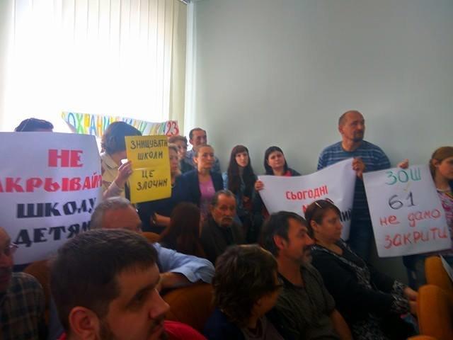 Родители учеников из двух мариупольских школ пришли с плакатами на координационный совет (ФОТО), фото-3