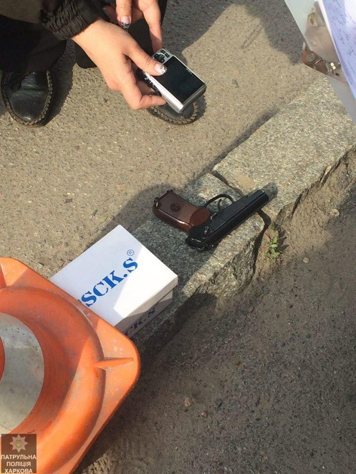 Возле Благовещенской церкви наркоман угрожал прохожим пистолетом (ФОТО), фото-1