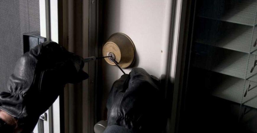 Затримано двох серійних злодіїв, які за 2 роки обікрали 20 квартир в Ужгороді, фото-1