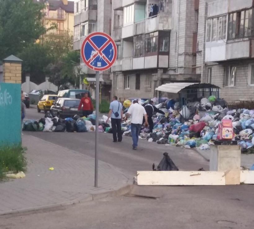 Львів'яни забарикадували вулицю Кондукторську сміттям: фото з місця події, фото-1