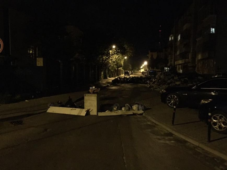Мешканці Львова перекрили вулицю барикадами зі сміття
