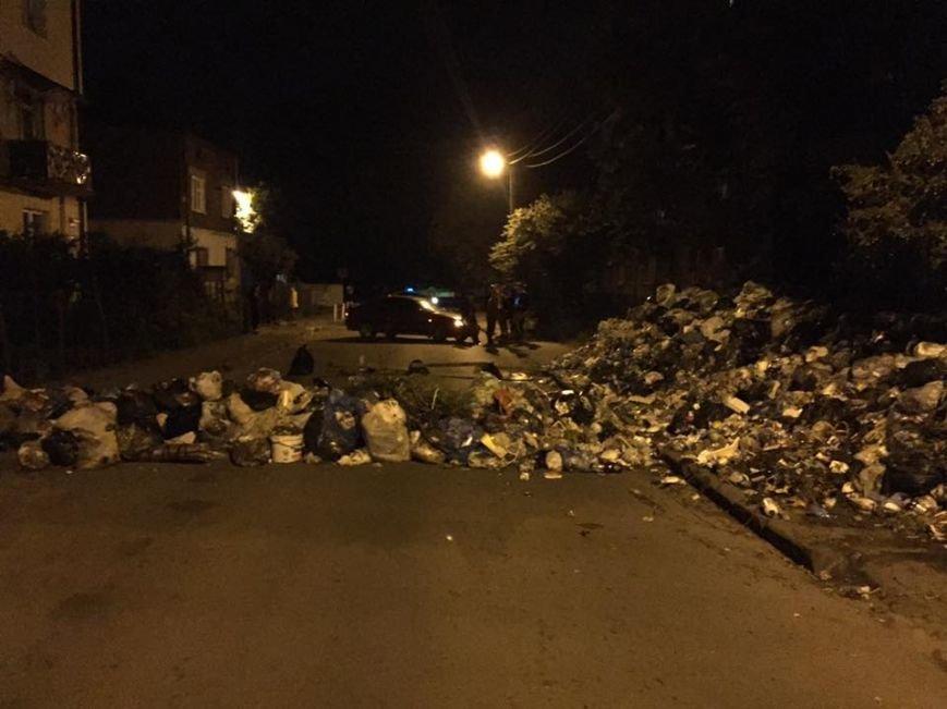 Львів'яни влаштували барикаду зі сміття навулиці міста