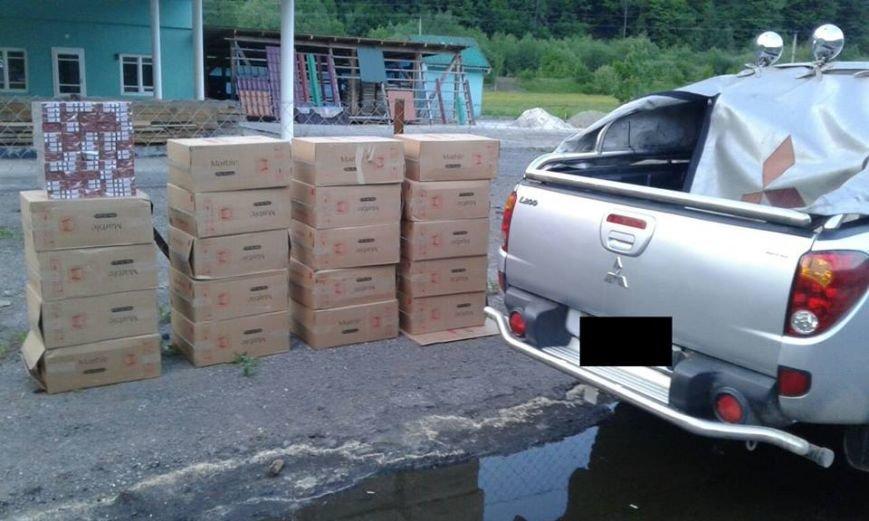 """На Закарпатті біля кордону з Румунією затримали чоловіка, який запакував у свій """"Мітсубісі"""" 10 000 пачок цигарок: фото, фото-1"""