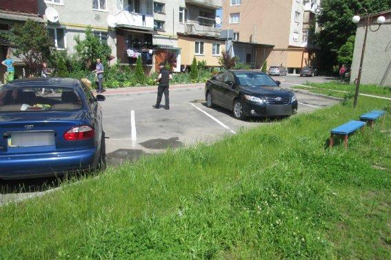 Поліція оприлюднила фотографії з місця розстрілу 39-річного чоловіка у центрі Тячева, фото-1