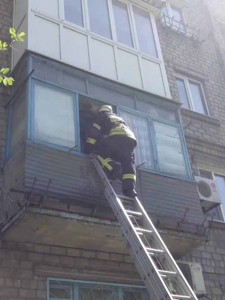 Спасателям пришлось заходить через балкон к спящему мариупольцу (Фотофакт), фото-3