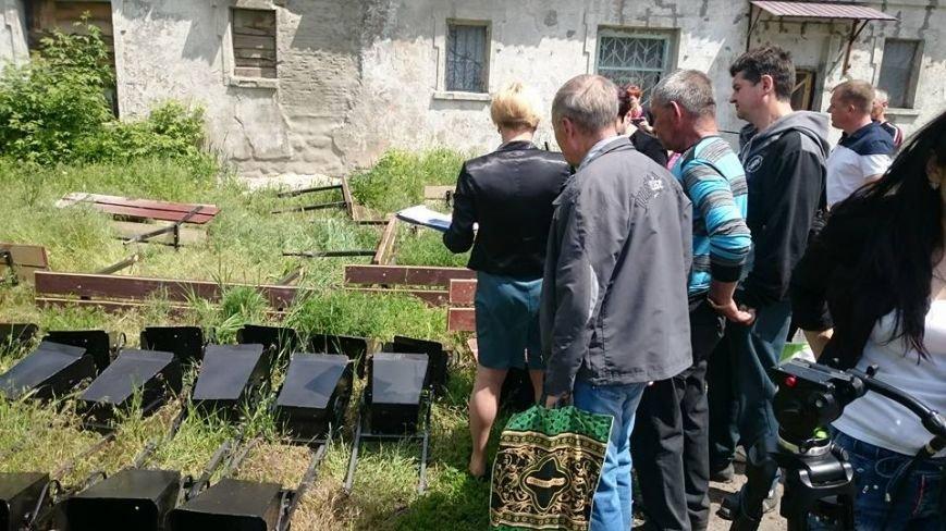 Дворы Мирнограда пополняются лавочками и урнами, фото-1
