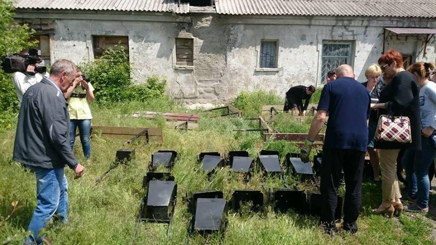 Дворы Мирнограда пополняются лавочками и урнами, фото-4