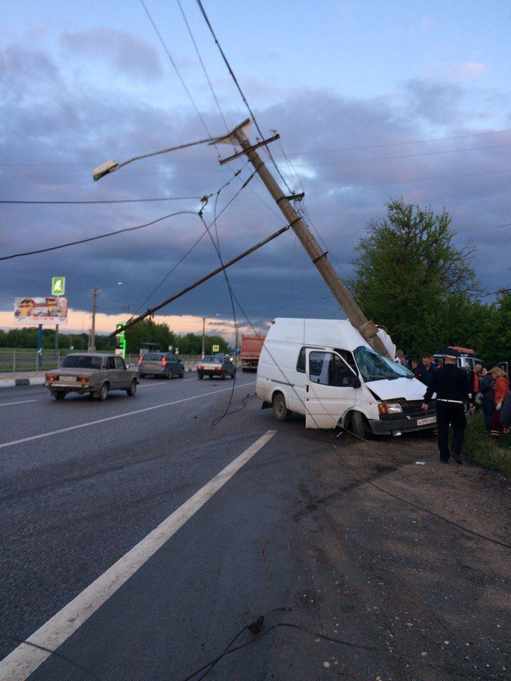 ДТП в Симферополе: упавший столб раздавил микроавтобус (ФОТО, ВИДЕО, подробности), фото-1