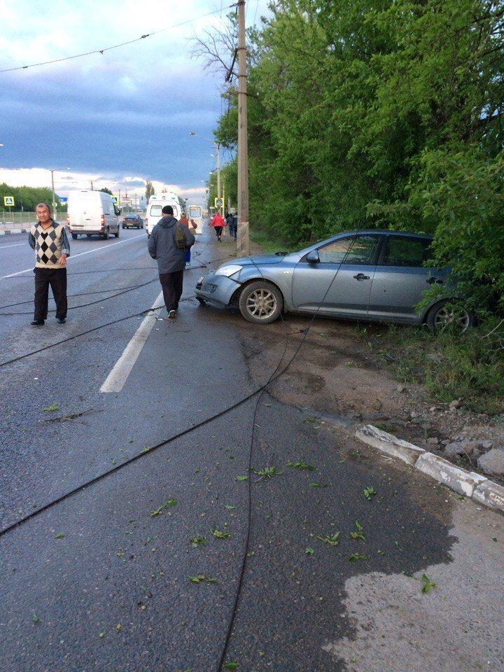 ДТП в Симферополе: упавший столб раздавил микроавтобус (ФОТО, ВИДЕО, подробности), фото-2