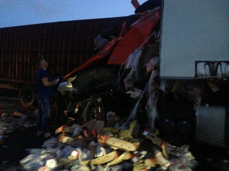 На крымской трассе фуре разворотило кабину после столкновения с другой фурой (ФОТО), фото-3