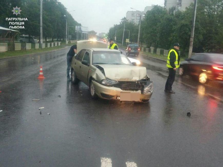 З'явились фото з місця ДТП на вулиці Пасічній, у якій постраждали троє людей: подробиці, фото-2