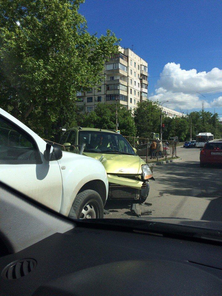 Утреннее ДТП в Симферополе: иномарка проломила забор и вылетела на встречную полосу (ФОТО), фото-2