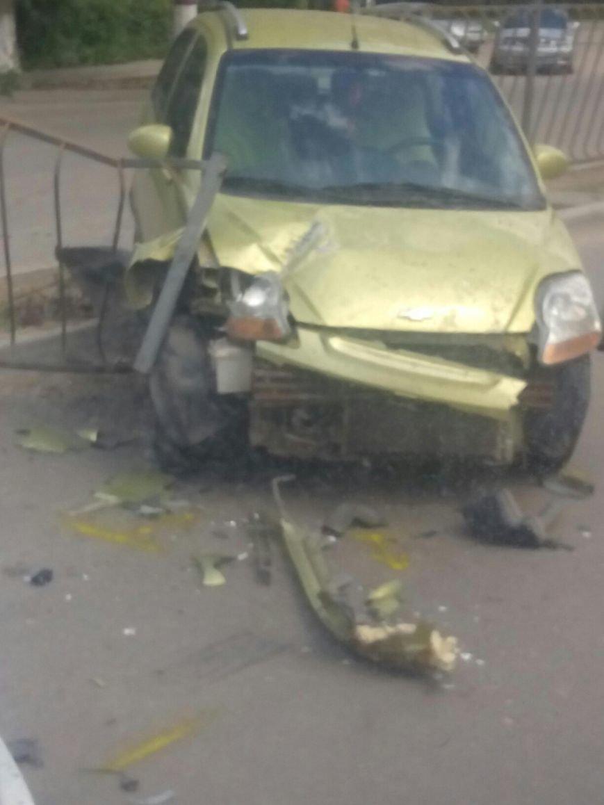 Утреннее ДТП в Симферополе: иномарка проломила забор и вылетела на встречную полосу (ФОТО), фото-4