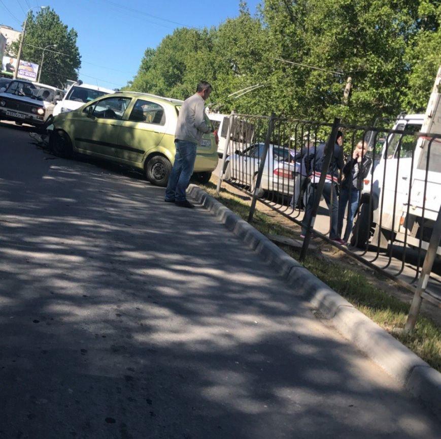 Утреннее ДТП в Симферополе: иномарка проломила забор и вылетела на встречную полосу (ФОТО), фото-1