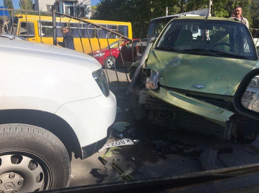 Утреннее ДТП в Симферополе: иномарка проломила забор и вылетела на встречную полосу (ФОТО), фото-3