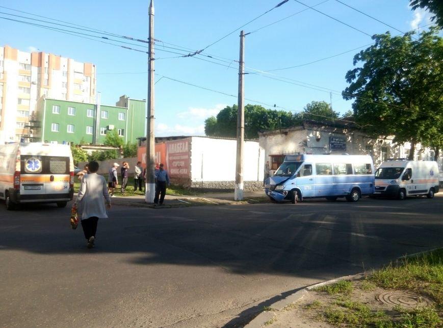 В центре Кременчуга маршрутное такси врезалось в электроопору. У пассажиров переломы и ушибы (дополнено), фото-1