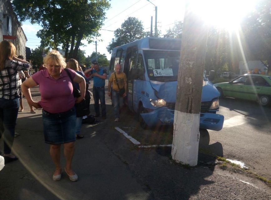 В центре Кременчуга маршрутное такси врезалось в электроопору. У пассажиров переломы и ушибы (дополнено), фото-2