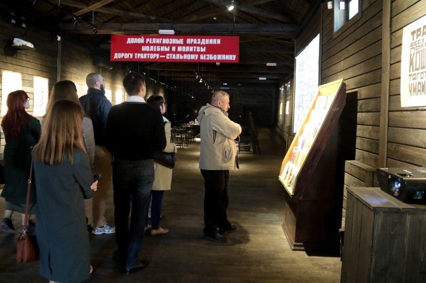 У Львові відкрили виставку, на якій можна побачити антирелігійні радянські плакати: фоторепортаж, фото-11