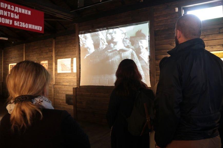 У Львові відкрили виставку, на якій можна побачити антирелігійні радянські плакати: фоторепортаж, фото-12