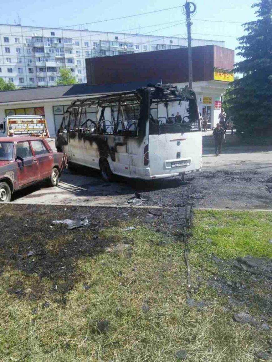 На Алексеевке загорелся маршрутный микроавтобус, фото-1