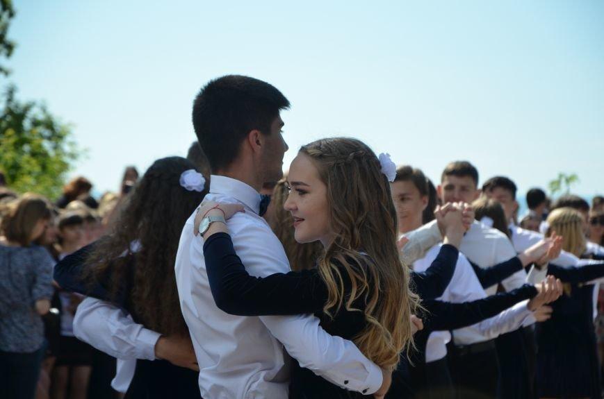 Последний звонок в Мариуполе: танцы, слезы и шаг во взрослую жизнь (ФОТО+ВИДЕО), фото-34