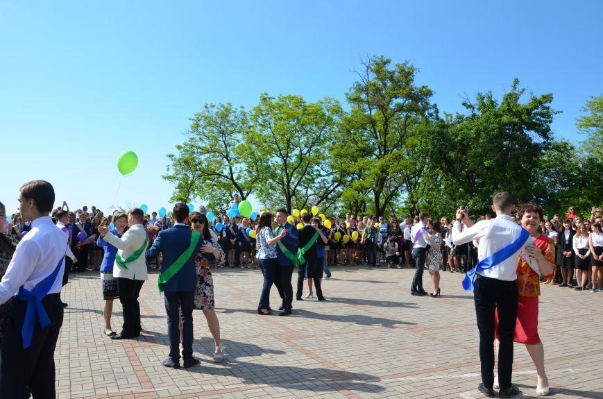 Последний звонок в Мариуполе: танцы, слезы и шаг во взрослую жизнь (ФОТО+ВИДЕО), фото-17