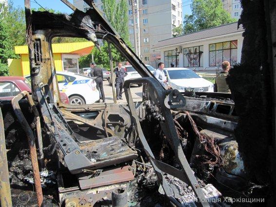 Полиция устанавливает обстоятельства возгорания микроавтобуса на Алексеевке (ФОТО), фото-2