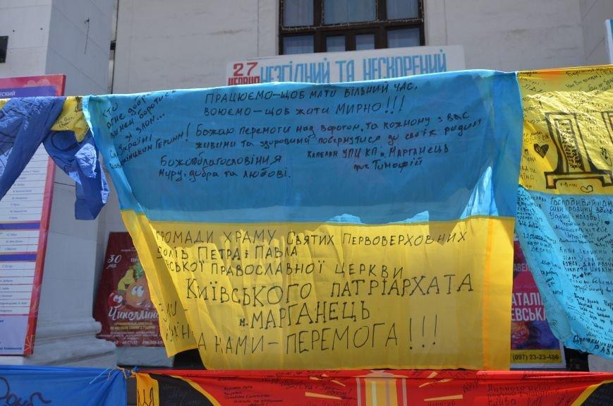 В Мариуполе возле драмтеатра появилось 400 флагов (ФОТО+ВИДЕО), фото-13