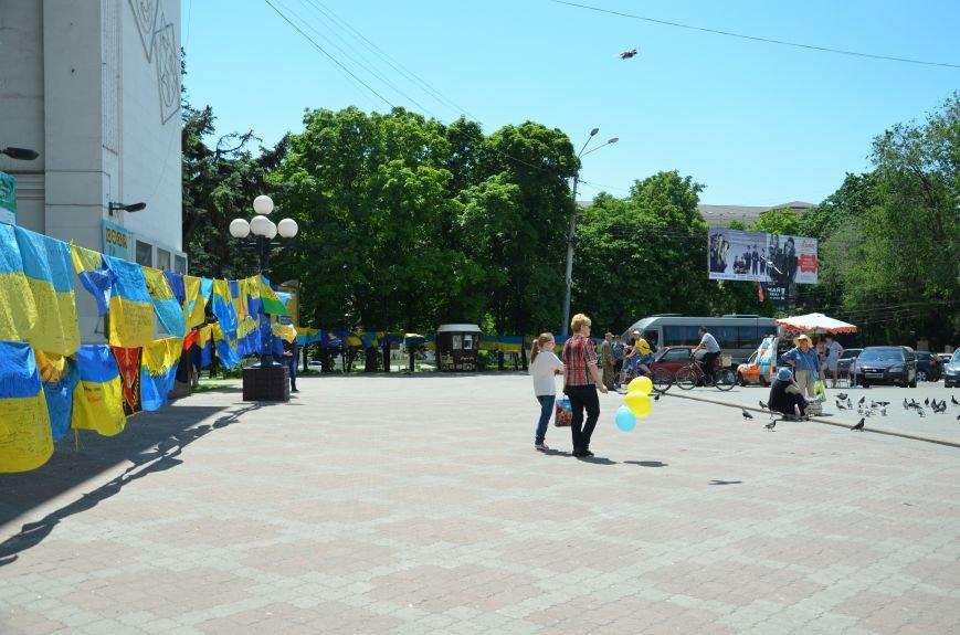 В Мариуполе возле драмтеатра появилось 400 флагов (ФОТО+ВИДЕО), фото-18