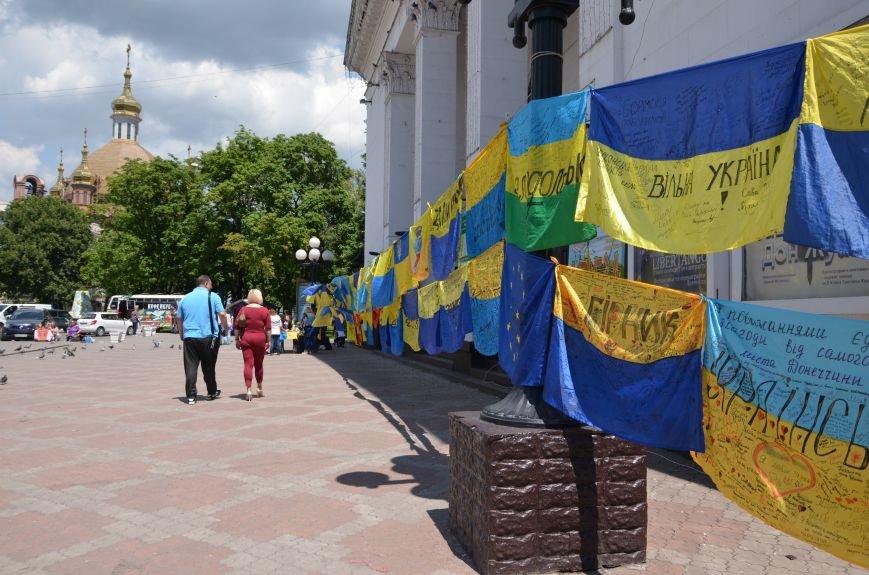В Мариуполе возле драмтеатра появилось 400 флагов (ФОТО+ВИДЕО), фото-9