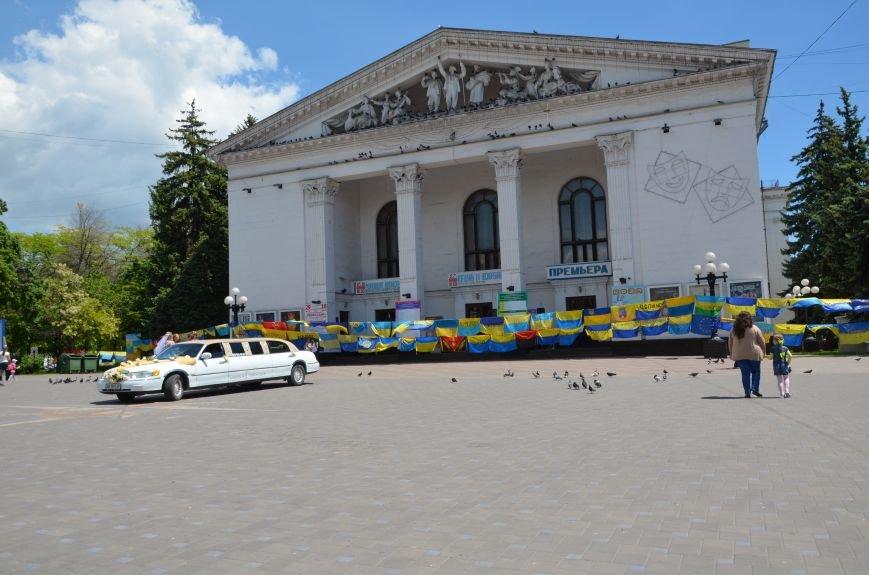 В Мариуполе возле драмтеатра появилось 400 флагов (ФОТО+ВИДЕО), фото-22