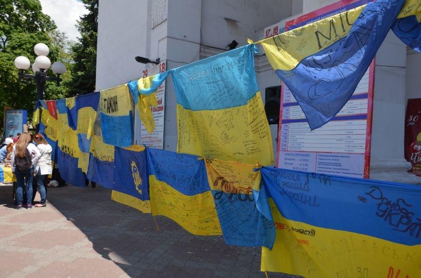 В Мариуполе возле драмтеатра появилось 400 флагов (ФОТО+ВИДЕО), фото-12