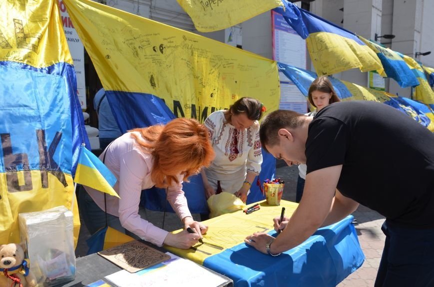 В Мариуполе возле драмтеатра появилось 400 флагов (ФОТО+ВИДЕО), фото-14