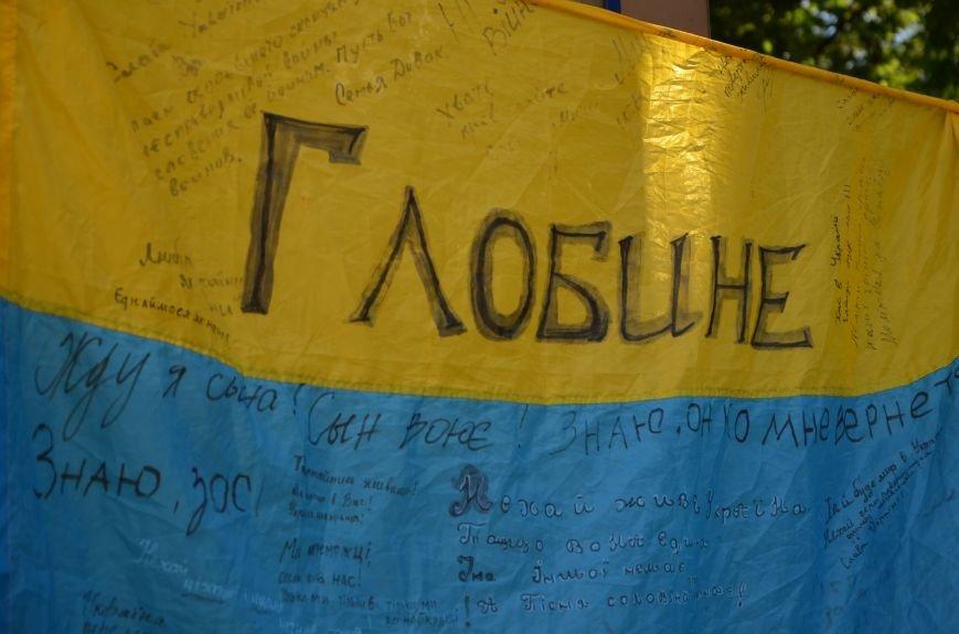 В Мариуполе возле драмтеатра появилось 400 флагов (ФОТО+ВИДЕО), фото-6