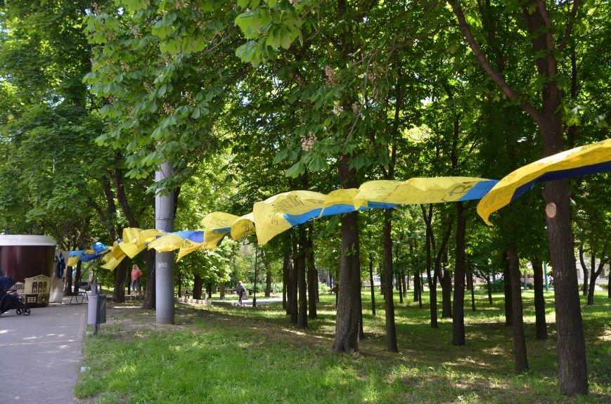В Мариуполе возле драмтеатра появилось 400 флагов (ФОТО+ВИДЕО), фото-1