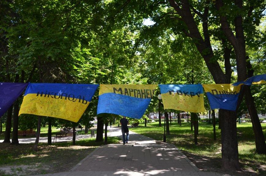 В Мариуполе возле драмтеатра появилось 400 флагов (ФОТО+ВИДЕО), фото-3