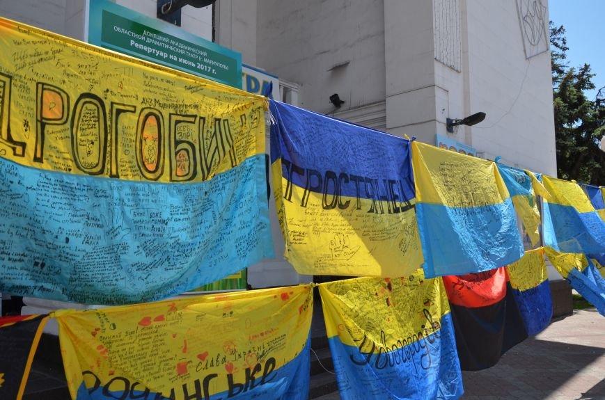 В Мариуполе возле драмтеатра появилось 400 флагов (ФОТО+ВИДЕО), фото-10