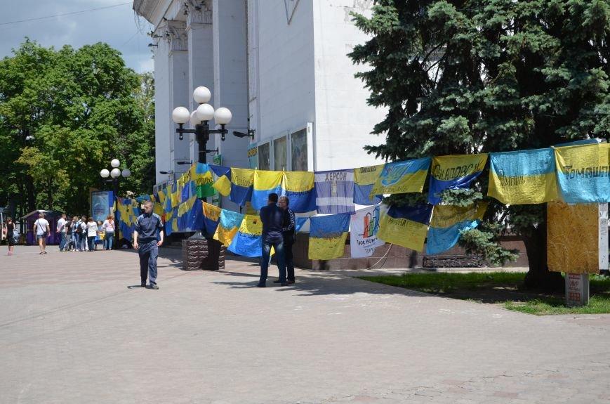 В Мариуполе возле драмтеатра появилось 400 флагов (ФОТО+ВИДЕО), фото-4