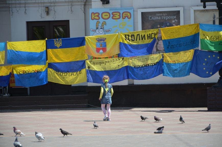 В Мариуполе возле драмтеатра появилось 400 флагов (ФОТО+ВИДЕО), фото-23