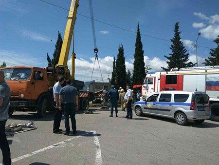 Жуткое ДТП на ЮБК: грузовик заехал на детскую площадку и задавил женщину с малышом (ФОТО, ВИДЕО), фото-1